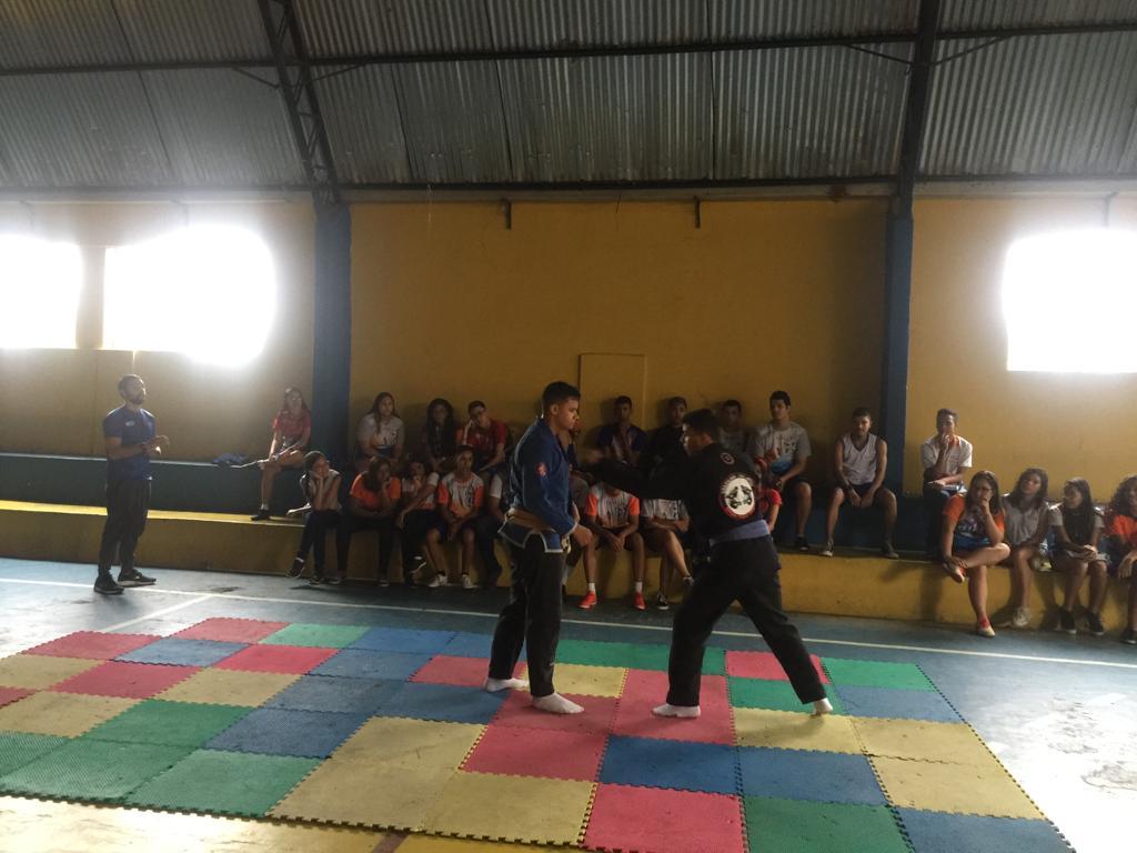 http://escolasaojorge.com.br/site/aula-de-educacao-fisica-demonstracao-de-defesa-pessoal-fundamental-ii/